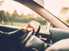 Man rijdt auto