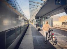 Vrouw wandelt met fiets op het platform