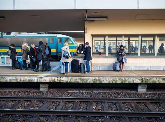 Reizigers wachten op trein in het station Brussel-Noord